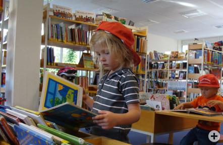 Ein Kind schaut sich ein Bilderbuch an